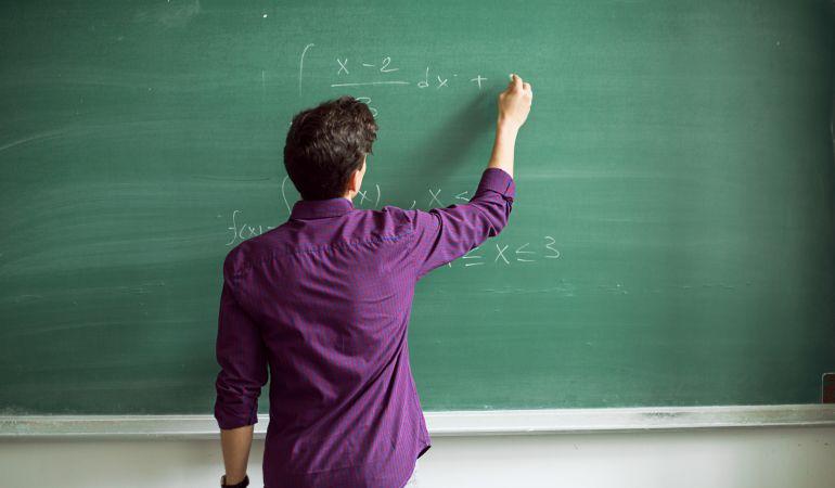 La convocatoria busca profesores de matemáticas.