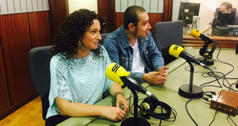 El secretario general de Podemos Rioja, Kiko Garrido, y la portavoz parlamentaria Ana Carmen Sáinz, durante una entrevista en Radio Rioja.