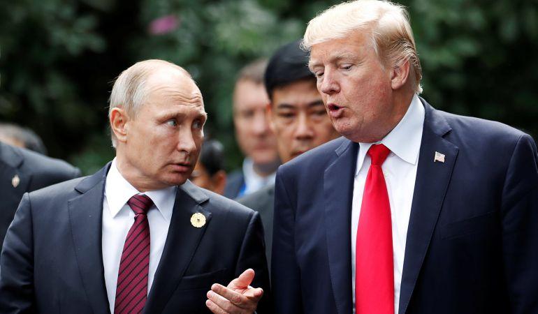 Vladímir Putin y Donald Trump durante su encuentro informal en Vietnam.