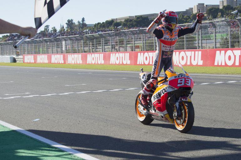 Márquez celebra su campeonato, al cruzar la meta en el Circuito Ricardo Tormo
