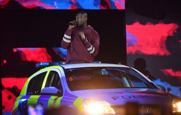 El rapero Stormzy, a bordo de un coche de policía sobre el escenario.