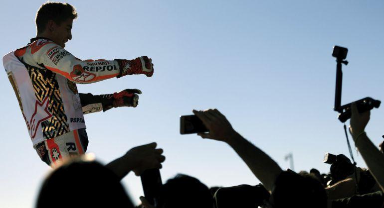 El español Marc Márquez celebra su título en Valencia.
