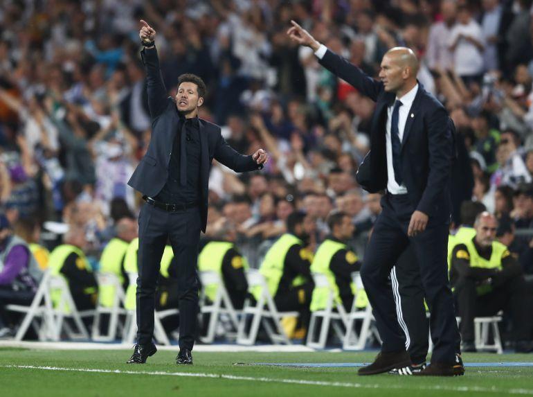Simeone y Zidane, durante un derbi en el Bernabéu