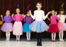 La iglesia británica pide dejar a los niños usar tutú y a las niñas, capa de superhéroe