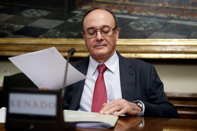 El gobernador del Banco de España, Luis María Linde, al inicio de su comparecencia ante la Comisión de Investigación de la Financiación de los Partidos Políticos del Senado