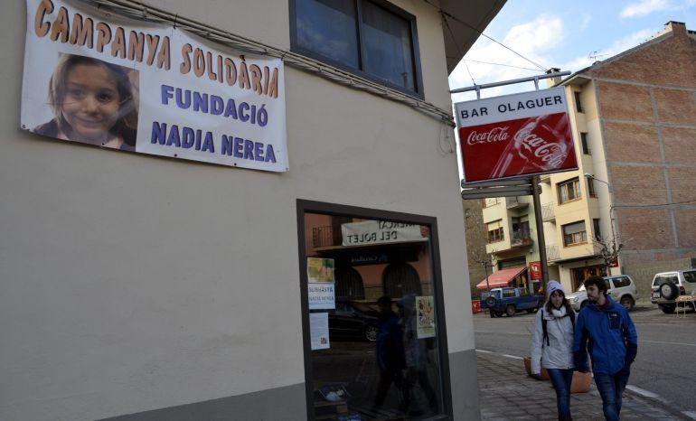 Imagen de una pancarta en el pueblo de Organyà de la Asociación Nadia Nerea anunciando una campaña solidaria