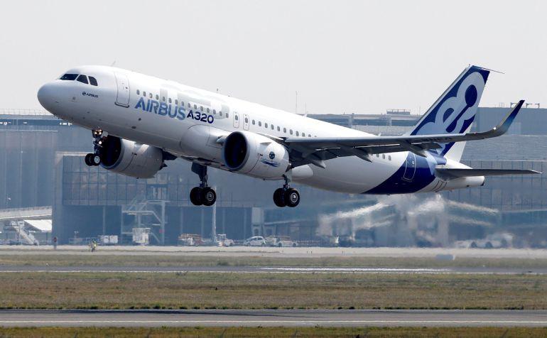Airbus A320neo mientras realiza su primer despegue en el aeropuerto de Toulouse-Blagnac (Francia).