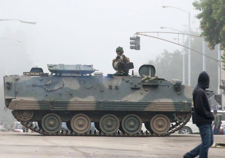 Vehículos militares en las calles de Harare, la capital de Zimbabue.