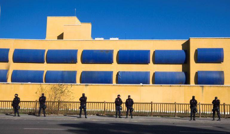 La policía en la puerta del CIE de Aluche de Madrid