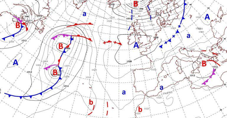 El anticiclón situado sobre España hace de barrera para la llegada de lluvias. En el mapa de isobaras de Aemet se aprecia que la península Ibérica está rodeada de borrascas que no llegan a dejar la esperada lluvia.