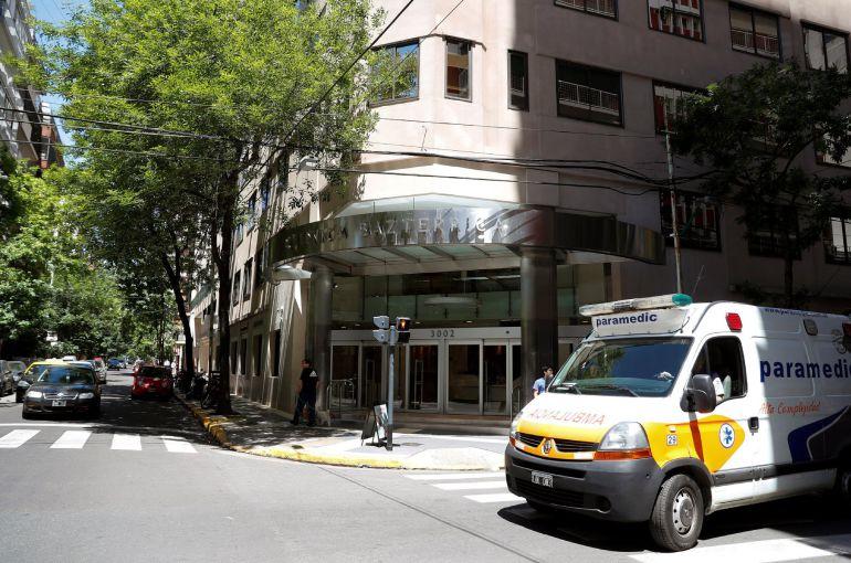 Una ambulancia en el exterior de la clínica Bazterrica de Buenos Aires