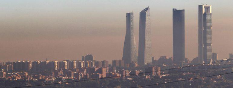 Una capa de contaminación atmosférica cubre la ciudad de Madrid como consecuencia de las emisiones de los coches y las calefacciones.