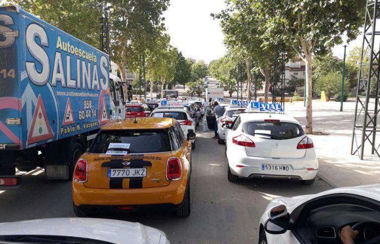 Manifestación en Granada de coches de autoescuela
