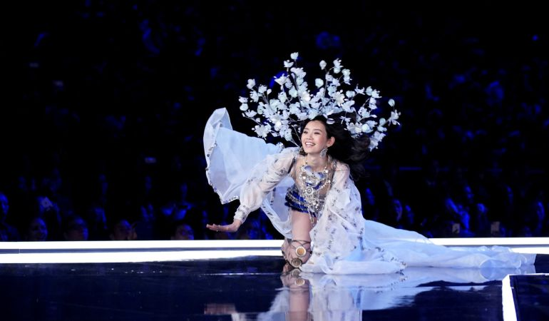 La modelo Ming Xi cae durante el desfile.