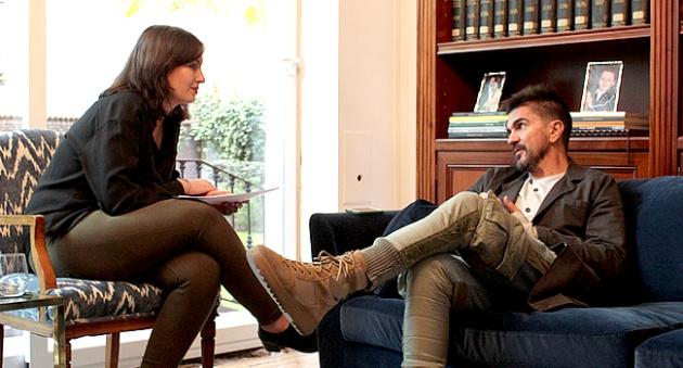 Juanes charlando con la periodista de la SER en un momento de la entrevista