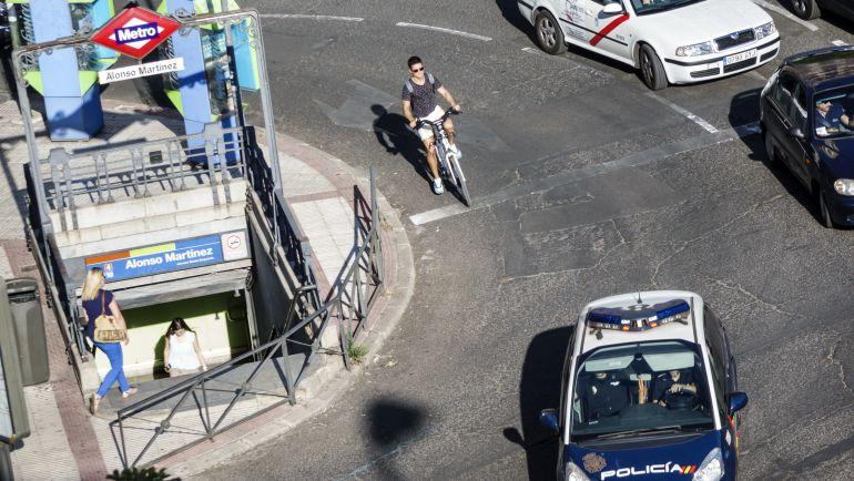 Un ciclista circula por la Plaza Alonso Martinez de Madrid.