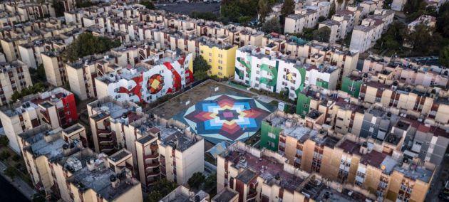 Los murales pintados por el colectivo artístico español 'Boa Mistura' en una plaza de Guadalajara
