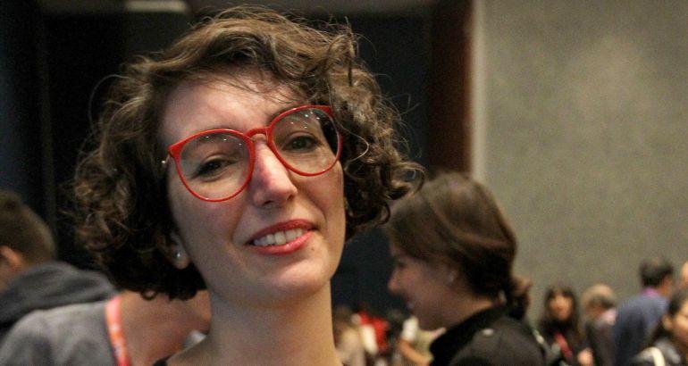 La escritora Maria Luque, ganadora del premio Novela Gráfica Ciudades Iberoamericanas, posa tras recibir el premio en el segundo día de actividades de la Feria Internacional del Libro en Guadalajara (México).
