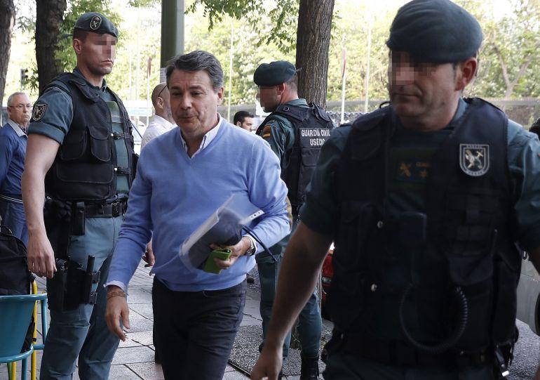 Ignacio González, en una imagen de archivo tras su detención y durante los registros a su oficina