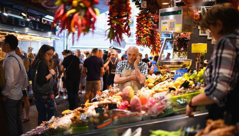 Compras diarias en el mercado en Barcelona.