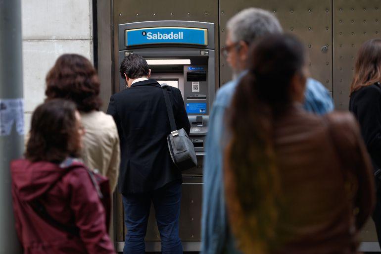Usuarios de cajeros automáticos en Cataluña.