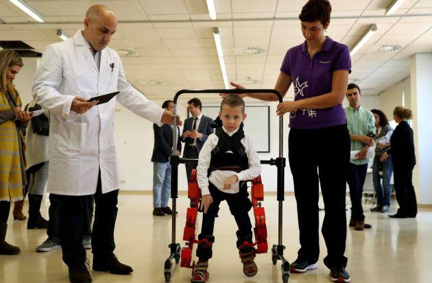 Jens, un niño de 5 años, usa el primer y único exoesqueleto pediátrico portable del mundo, desarrollado por dos empresas españolas y el CSIC.