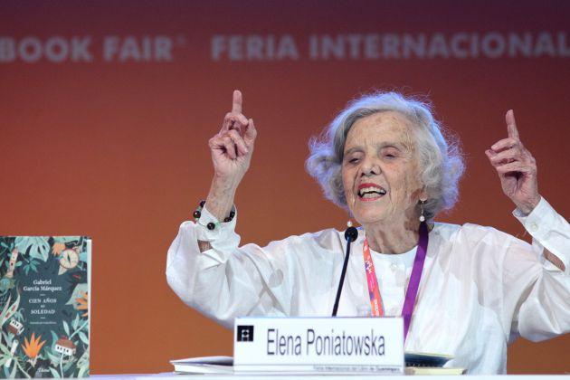 """La escritora Elena Poniatowska habla durante la celebración del 50 aniversario del libro """"Cien años de soledad"""", del escritor colombiano Gabriel García Márquez, en el marco de la trigésimo primera edición de la Feria Internacional del Libro (FIL)."""