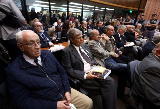 Jorge Acosta, Alfredo Astiz y otros miembros de la armada argentina durante la dictadura enjuiciados por los 'vuelos de la muerte'.