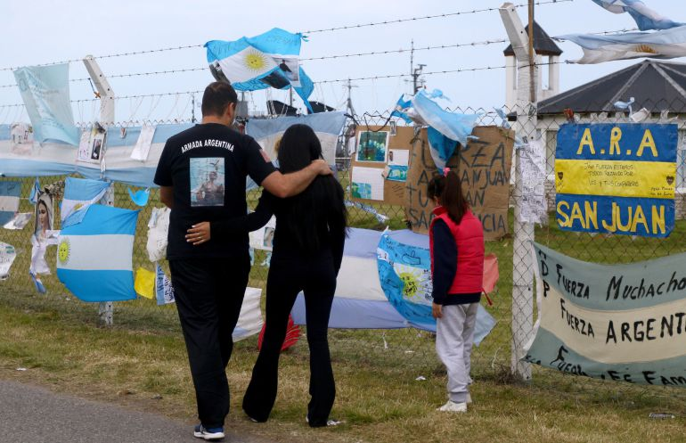 Varias personas visitan el lugar de homenaje a los 44 tripulantes del submarino desaparecido