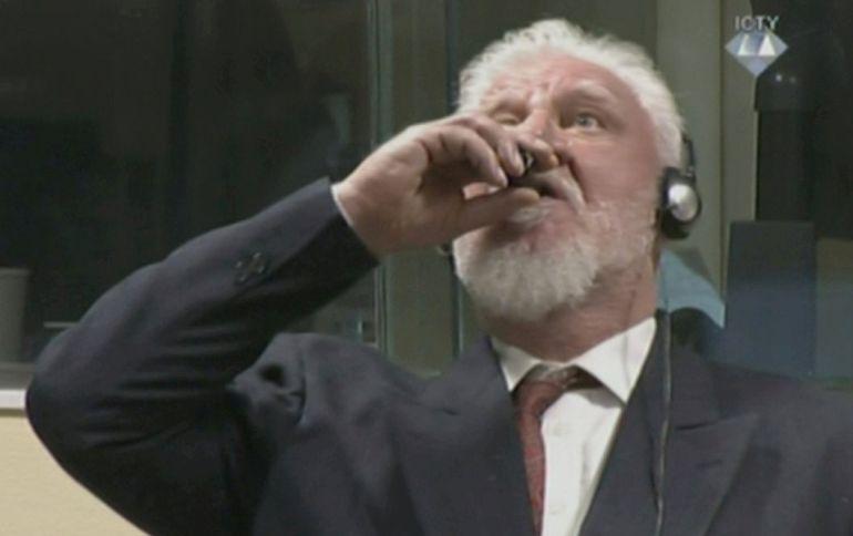 El generar Slobodan Praljak ingiere el veneno en la corte de La Haya