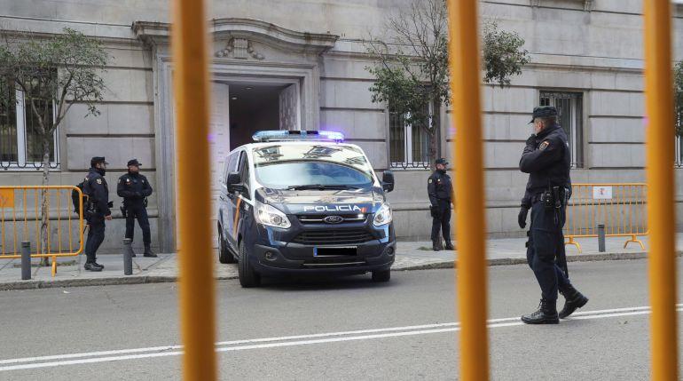 Un furgón policial entra marcha atrás en el Tribunal Supremo el viernes