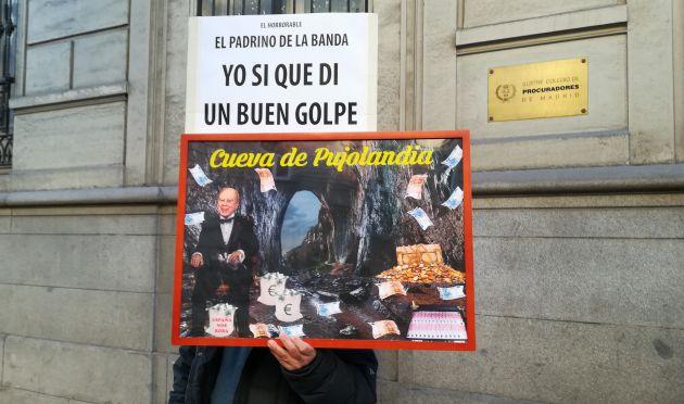 Un hombre con una pancarta el viernes en el Supremo
