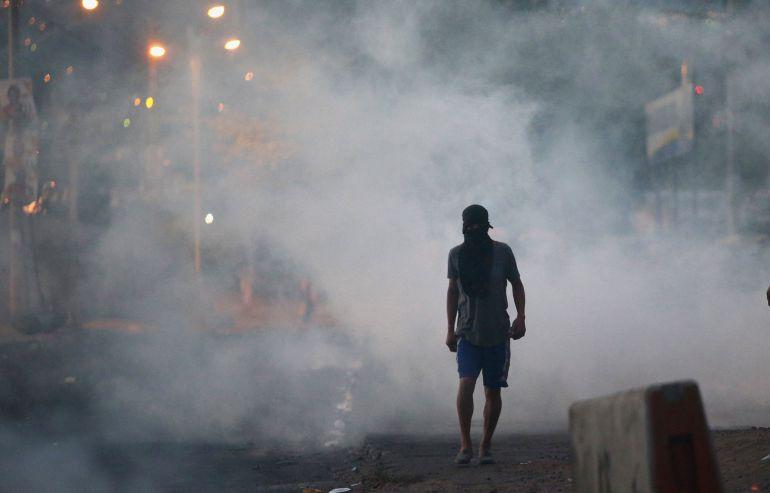 Un partidario del candidato Salvador Nasralla camina por una calle de Villanueva, Tegucigalpa durante las protestas por el fraude electoral