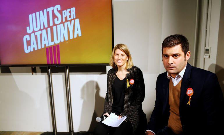La directora de campaña de Junts per Catalunya, Elsa Artadi, y el responsable de imagen y creatividad de la misma, Ramon Maria Piqué, han presentado la imagen y el lema de la candidatura de cara a las elecciones del 21D.
