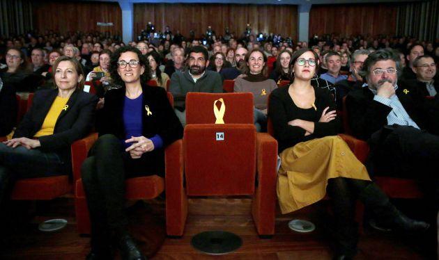 La secretaria general de ERC y número dos en la lista, Marta Rovira, la presidenta del Parlament y número cuatro de la lista, Carme Forcadell, y los candidatos Jenn Díaz y Antoni Castellà, junto a un asiento vacío dedicado al exvicepresidente de la Generalitat encarcelado, Oriol Junqueras.
