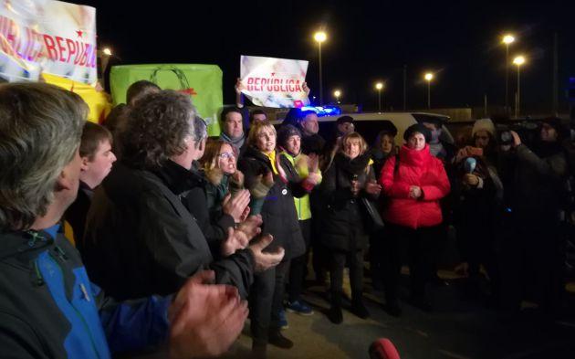 Joan Tardà y medio centenar de personas tras la salida de los exconsellers
