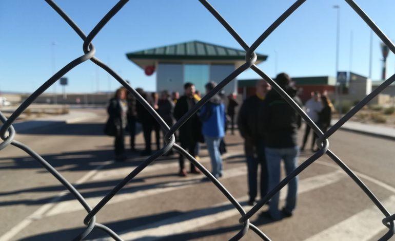 Decenas de personas recibieron a los exconsellers ayer en Estremera