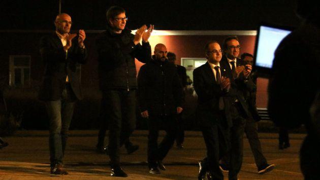 Romeva, Mundó, Rull i Turull amb les mans enlaire agraint el suport en el moment de sortir de la presó d'Estremera, el 4 de desembre de 2017. (Horitzontal)