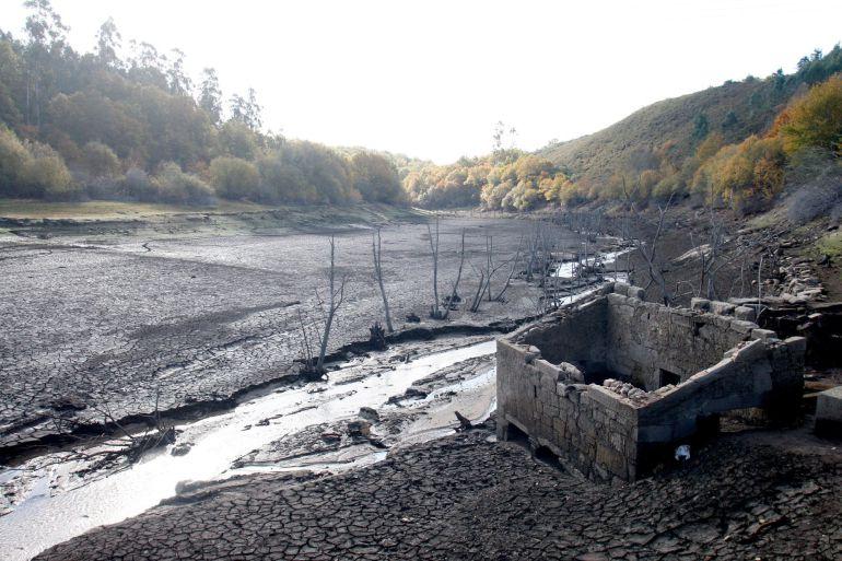 Vista del embalse de Eiras, que abastece de agua a la ciudad de Vigo yy que se encuentra a menos del 30% de su capacidad, lo que plantea un problema muy grave de abastecimiento muestra de la sequía que vive Galicia.