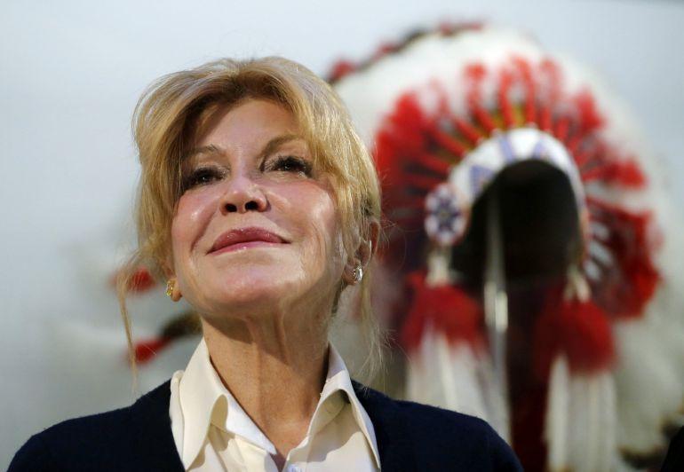 La baronesa Carmen Thyssen-Bornemisza, durante el acto en el que ha donado un tocado de plumas de las culturas nativas norteamericanas al Museo Nacional de Antropología
