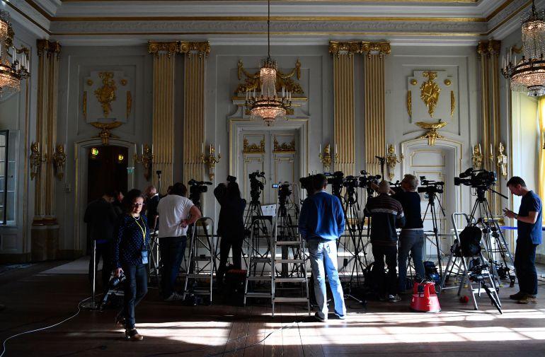 Periodistas y fotógrafos esperan el anuncio del Nobel de Literatura en la Academia Sueca