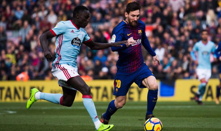 Pione Sisto intenta marcharse de Leo Messi durante el partido FC Barcelona - Celta el pasado 2 de diciembre