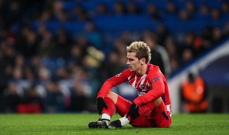 Griezmann, sentado en el césped de Stamford Bridge