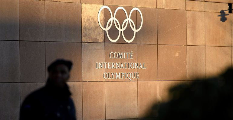 Un guardia de seguridad vigila la entrada principal de la sede del Comité Olímpico Internaciona (COI), antes de la reunión del comité ejecutivo para decidir sobre la participación de Rusia en los Juegos de Invierno de PyeongChang