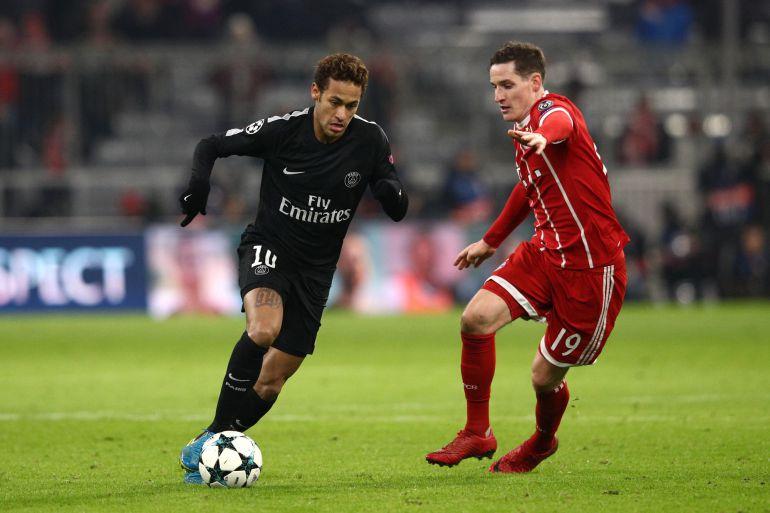 Neymar disputa un balón con Sebastian Rudy durante el partido contra el Bayern.