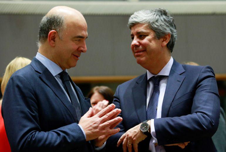 El comisario europeo de Asuntos Económicos y Financieros, Pierre Moscovici (izq), y el recién elegido presidente del Eurogrupo, el ministro de Finanzas portugués, Mário Centeno