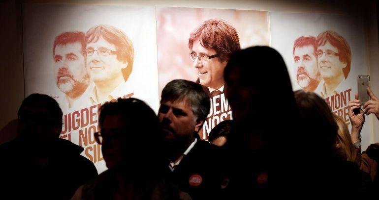 Carteles de los candidatos de Junts per Catalunya en la inauguración de la sede de campaña