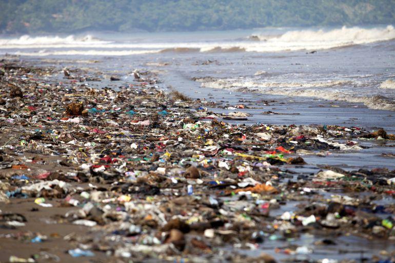 Miles de trozos de plástico se amontonan en una playa y acaban en el mar.