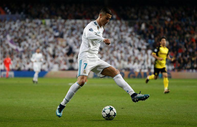 Cristiano Ronaldo guía el balón ante el Borussia