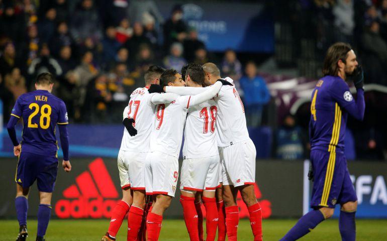 Los jugadores del Sevilla celebran el gol del Ganso